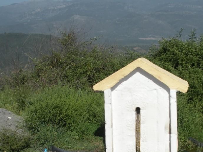 Στην περιοχή υπάρχουν πολλές πηγές. Εδώ η πηγή Τζούμη στο δρόμο για τη μονή Βουλκάνου.