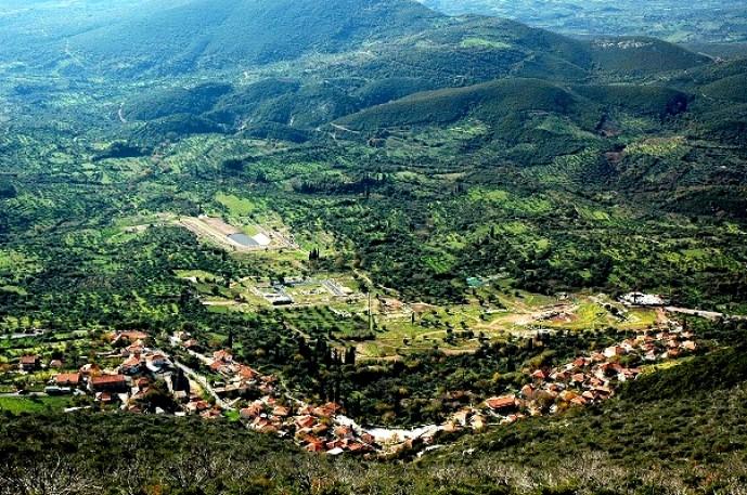 Άποψη του χωριού από το όρος της Ιθώμης, φαίνεται ο αρχαιολογικός χώρος.